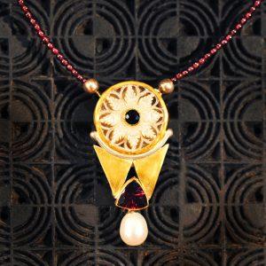 Goldschmiede karlsruhe unikatschmuck riegels-winsauer Collier perle granat Gold silber
