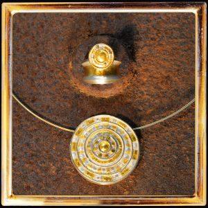 Collier-Anhänger und Ring, Feingold ziseliert auf Silber